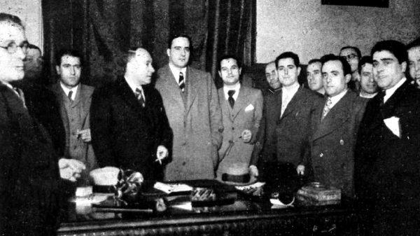 Aurelio Fernández, de la CNT, a la izquierda de Tarradellas, al tomar posesión como consejero de orden público.
