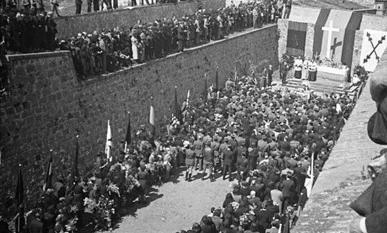 Misa por los caídos celebrada en el foso de Santa Elena del Castillo de Montjuic.