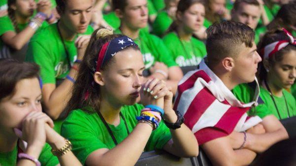 Jóvenes católicos europeos rezando