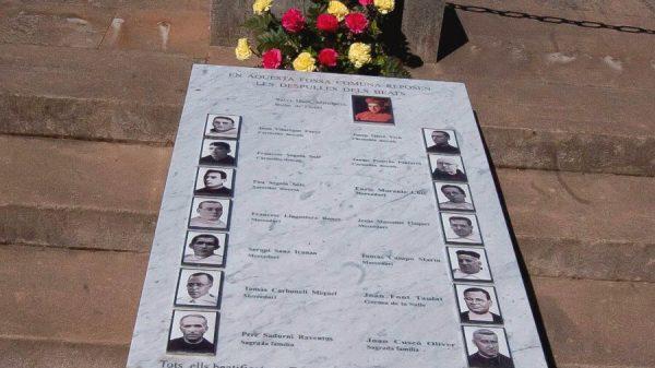 Placa dedicada a 16 mártires en el cementerio de Lérida.