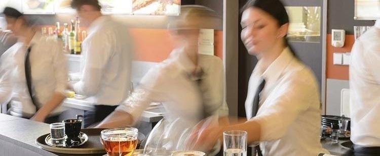 Casi la tercera parte de trabajadores en el sector de la hostelería trabaja horas extras sin cobrarlas