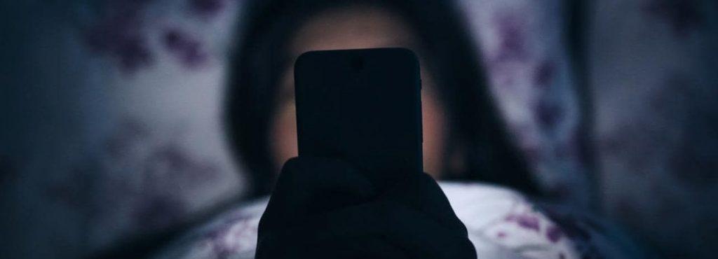 Niños y adolescentes adictos al 'vamping', enganchados a su smartphone en horas de dormir