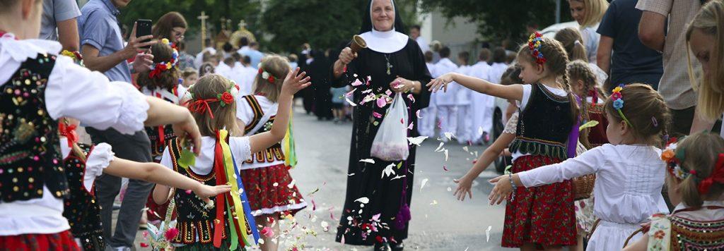 católicos participantes en una procesión religiosa en Polonia