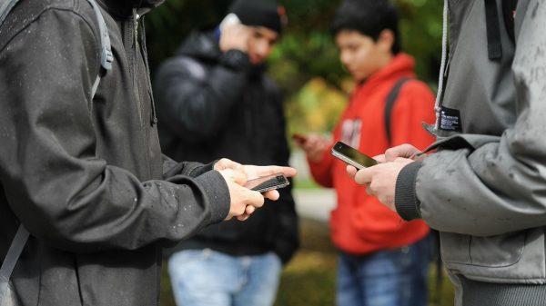Jóvenes más comunicados, pero aislados
