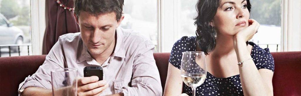 No son pocas las parejas cuya relación se ve alterada por la práctica del 'phubing'