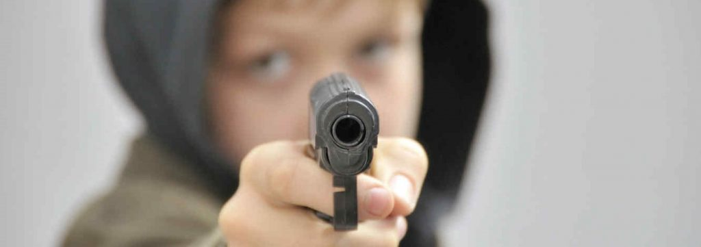 Niño con arma de fuego