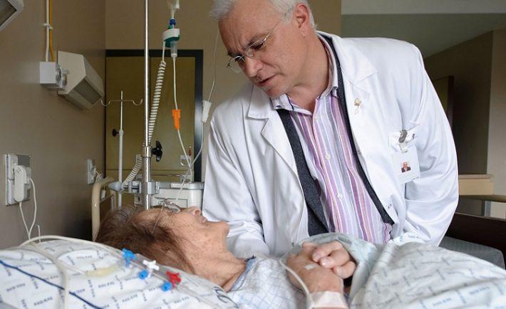 Más médicos se suman a sus colegas para denunciar la nueva Ley de eutanasia al Constitucional